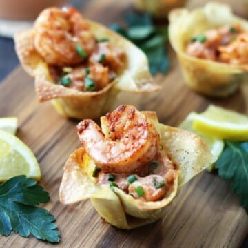 Yum Yum Shrimp in Wonton Cups | Give it Some Thyme – crispy wonton cups are filled with plump shrimp coated in the classic Japanese steakhouse sauce! #yumyumshrimp #yumyumshrimpsauce #shrimprecipes #shrimpappetizers #shrimpappetizerideas #bestshrimpappetizers #fingerfoods #asianrecipes #giveitsomethyme