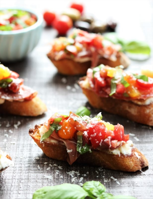 Heirloom Tomato Bruschetta with Prosciutto and Gorganzola | giveitsomethyme.com - delicious appetizer of toasted baguette topped with creamy gorganzola cheese, strips of prosciutto, and fresh heirloom tomato bruschetta! #bruschetta #heirloomtomatorecipe #heirloomtomatobruschetta