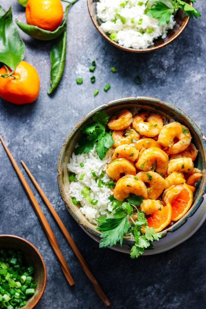 Orange and Honey Glazed Shrimp | Give it Some Thyme – an easy and delicious recipe of tender plump shrimp in a sweet n' spicy orange glaze served with jasmine rice! #orangeglazedshrimp #orangeshrimp #orangeshrimprecipes #easyorangeshrimp #chineseorangeshrimp #shrimpdinner #shrimpdinnerrecipes #shrimpdinnerideas #shrimpdinnerhealthy #orangeandhoneyglaze #giveitsomethyme