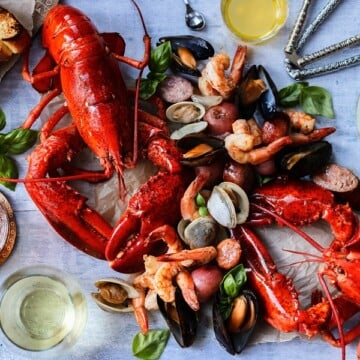 Easy Summer Kitchen Clambake – easily create your own one-pot seafood feast right in your own kitchen! #clambake #clambakeparty #newenglandclambake #seafoodboil #seafooddinner #easydinnerrecipes #onepotmeals #ketorecipes #healthydinnerrecipes #summerrecipes #giveitsomethyme | giveitsomethyme.com
