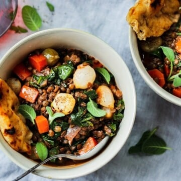 Red Wine Braised Lentils with Spinach and Pearl Onions | Give it Some Thyme - This hearty stew is chock-full of nutrients and rich, earthy flavor. Vegan comfort food at its finest! #lentils #lentilsrecipe #braisedlentils #spinachrecipe #frenchgreenlentils #lentilsandspinach #vegan #veganstew #glutenfree #healthydinnerrecipes #lowfatrecipes #giveitsomethyme