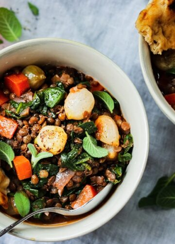 Red Wine Braised Lentils with Spinach and Pearl Onions   Give it Some Thyme - This hearty stew is chock-full of nutrients and rich, earthy flavor. Vegan comfort food at its finest! #lentils #lentilsrecipe #braisedlentils #spinachrecipe #frenchgreenlentils #lentilsandspinach #vegan #veganstew #glutenfree #healthydinnerrecipes #lowfatrecipes #giveitsomethyme