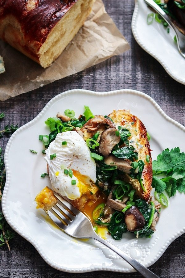 Poached Eggs w/ Spinach & Mushrooms over Brioche - Give it Some Thyme – a delicious and easy recipe you'll love for breakfast, lunch or dinner! #poachedeggs #poachedeggshowto #poachedeggsbreakfast #brunchideas #mothersdaybrunch #breakfastfordinner #giveitsomethyme