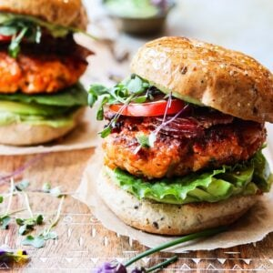 BLT Salmon Burgers w/ Avocado Chive & Yogurt Aioli – Easy, delicious and tender fresh salmon burgers seared to perfection and topped with a creamy, tangy aioli!